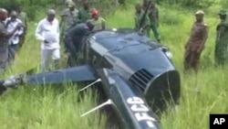 Des officiels tanzaniens sur les lieux du crash de l'hélicoptère du pilote britannique, le 30 janvier 2016. (ITV Tanzania via AP)