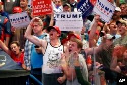 川普支持者在宾夕法尼亚州的竞选大会上向川普欢呼(2016年10月12日)