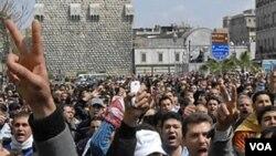 Demonstran anti pemerintah Suriah terus melakukan protes menuntut mundurnya Presiden Bashar al-Assad.