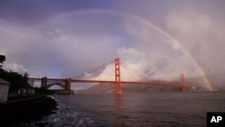 美国旧金山金门桥和彩虹。投资移民是外国人获得美国移民签证的桥梁之一