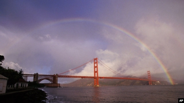 Cầu vồng bên trên Cầu Golden Gate thu hút rất nhiều du khách ở San Francisco, California.