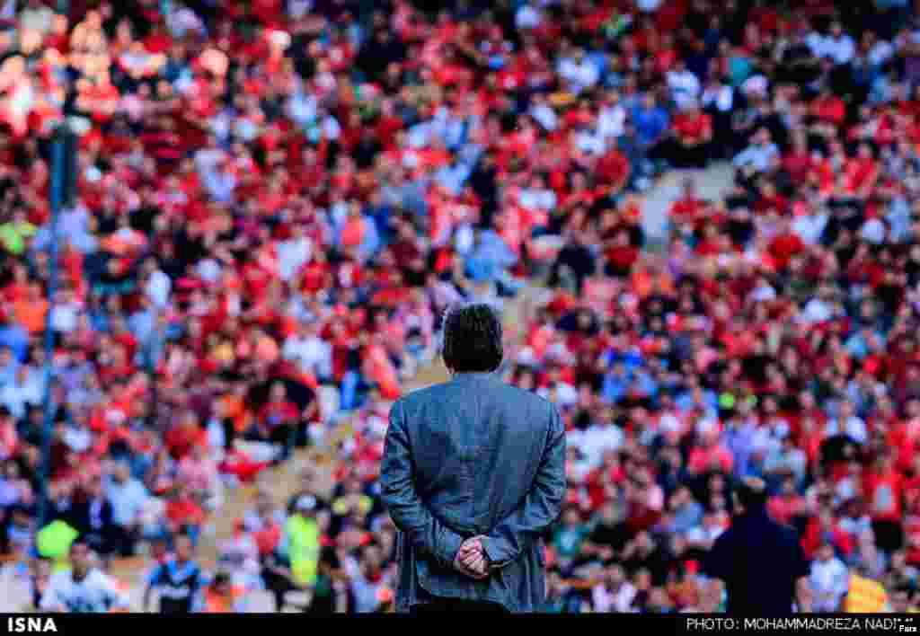 لیگ فوتبال ایران هفته پیش پایان یافت اما این عکس را ببینید. برانکو مربی پرسپولیس را در مقابل تماشاگران این تیم نشان می دهد. آقای برانکو توانست تیم پرسپولیس را که در چهار هفته اول لیگ در پایین جدوم بود، نائب قهرمان لیگ کند. عکس: محمدرضا ندیمی، ایسنا