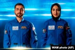 Mohammed al-Mulla (kiri) dan Nora al-Matrooshi, dua astronaut Uni Emirat Arab.