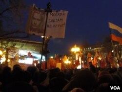 3月5日俄罗斯总统大选投票后莫斯科的反政府示威,普京像上的口号是:普京,统一俄罗斯党,贪污腐败 (美国之音白桦拍摄)