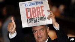El legislador de la oposición Ramiro Terán sostiene una copia del periódico El Universo de Guayaquil, durante un discurso del presidente Rafael Correa en la Asamblea Nacional, en agosto de 2011.