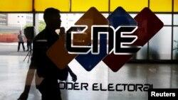 El CNE está integrado por cinco miembros denominados rectoras o rectores electorales que deberían ser elegidos por la Asamblea Nacional y que según la Constitución, no deberían tener vinculación alguna con agrupaciones políticas.