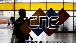 El logo del Consejo Nacional Electoral (CNE) se muestra en su sede en Caracas, el 14 de mayo de 2018.