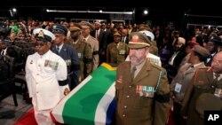 Hàng ngàn người tiễn đưa cựu Tổng thống Nam Phi Nelson Mandela về nơi an nghỉ cuối cùng