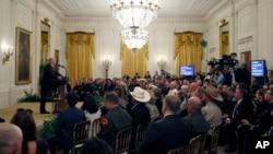 Presiden AS Donald Trump berbicara di depan para karyawan Kantor Penegakan Imigrasi dan Cukai (ICE) dan Kantor Bea Cukai di Gedung Putih, Senin (20/8).