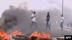 Những người ủng hộ ông Alassane Ouattara đốt lốp xe và đồ nội thất trên đường phố để phản đối cuộc tấn công của quân đội trung thành với Tổng thống đương nhiệm Laurent Gbagbo