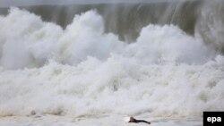 Những đợt sóng khổng lồ ập vào bờ biển Narrabeen ở Australia, ngày 6/6/2016.