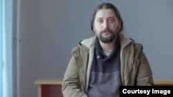 Život Dine Pečenkovića, koji ima skoro 30 godina, ispunjen je bio borbom, prihvatanjem, ali i napuštanjem ekstremizma.