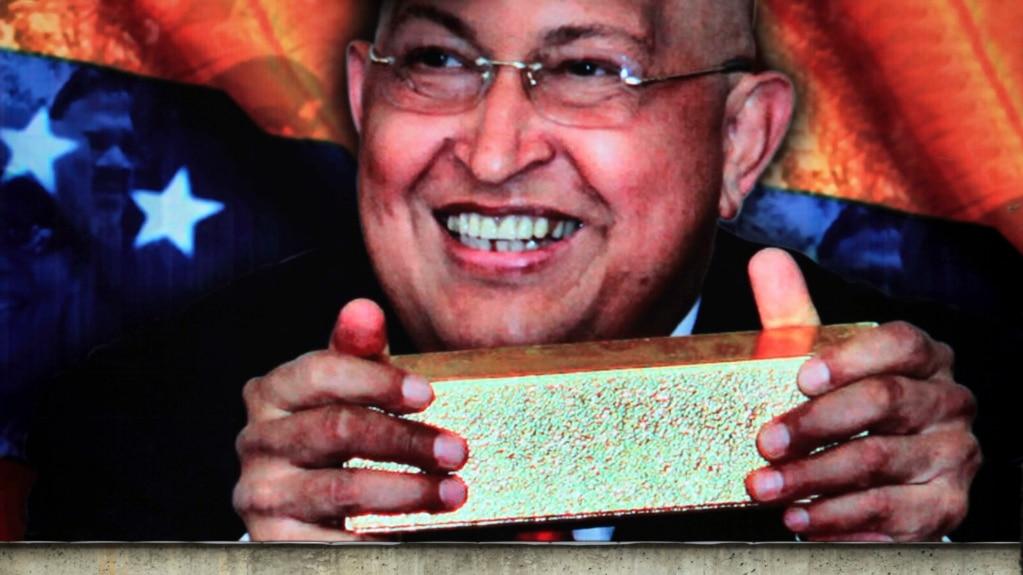 Hình ảnh cố lãnh đạo Hugo Chavez cầm thỏi vàng được treo trước Ngân hàng trung ương của Venezuela ở Caracas.