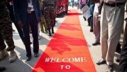 فرش قرمزی که در مراسم استقلال سودان جنوبی استفاده شد و بر بروی آن نوشته شده: «به سودان جنوبی خوش آمدید.» ۹ ژوئیه ۲۰۱۱