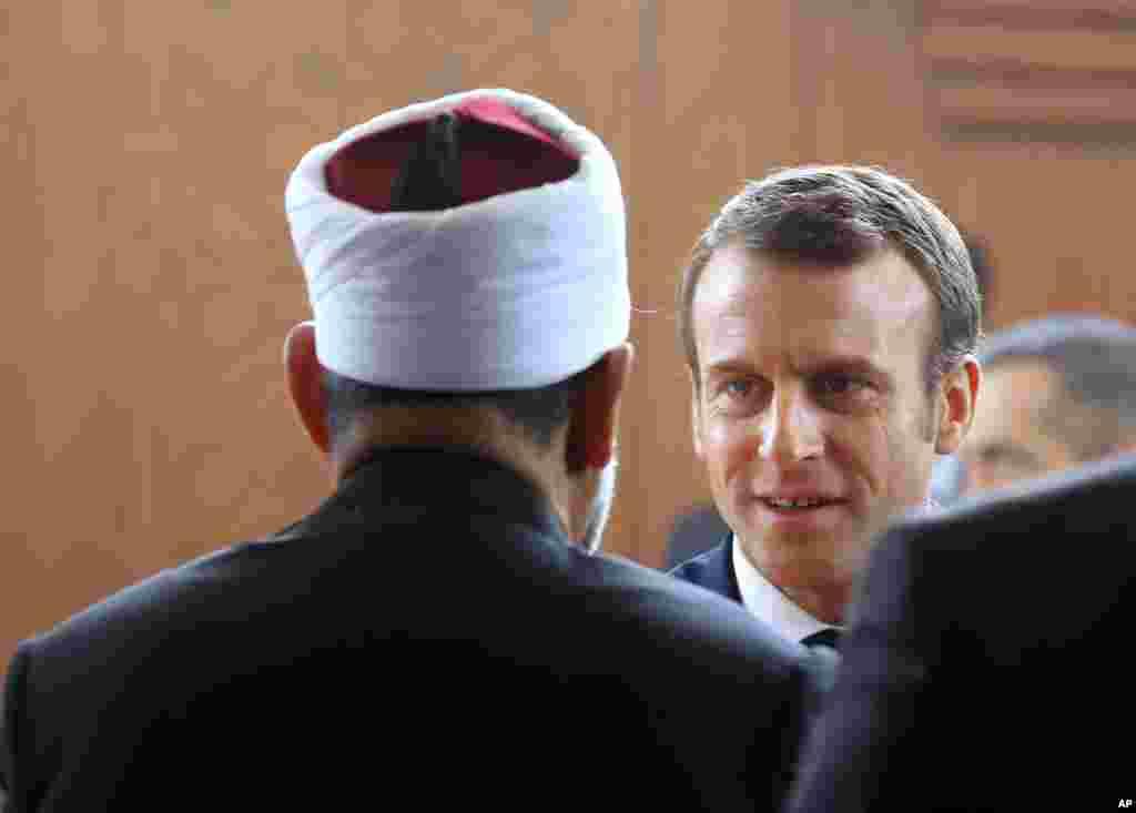 امانوئل ماکرون رئیس جمهوری فرانسه در سفر مصر با «شیخ احمد الطیب» رئیس دانشگاه الازهر دیدار کرد. از این دانشگاه به عنوان مهمترین مرکز اسلامی سنی در جهان یاد می شود.
