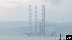 這是俄羅斯星期天沉沒的石油鑽井平台去年11月27日所攝的圖片