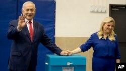 9일 이스라엘 예루살렘에서 베냐민 네타냐후 이스라엘 총리와 사라 여사가 투표를 마친 후 손을 흔들어 보이고 있다.