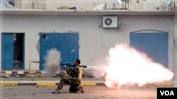 Un soldado del CNT dispara un lanzagranadas durante los enfrentamientos con gadhafistas.