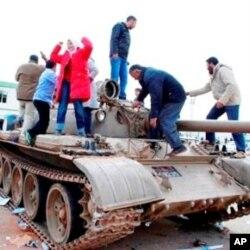 Des manifestants libyens sur un tank