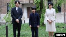 Cucu Kaisar Akihito, Pangeran Hisahito (tengah, 12 tahun) bersama orangtuanya: Pangeran Akishino dan Puteri Kiko di Tokyo, Jepang.
