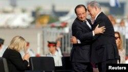 Thủ tướng Israel Benjamin Netanyahu (phải) tại buổi lễ tiếp đón Tổng thống Pháp Francois Hollande đến thăm Israel, 17/11/13