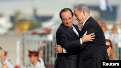 ျပင္သစ္သမၼတ Francois Hollande (ဝဲ) အစၥေရးဝန္ႀကီးခ်ဳပ္ Benjamin Netanyahu တို႔အား Ben Gurion ေလဆိပ္တြင္ ေတြ႔ရစဥ္။ (ႏိုဝင္ဘာ ၁၇၊ ၂၀၁၃)