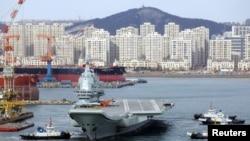 2018年12月27日中國第一艘國產航空母艦載著飛機離開遼寧省大連市港口,進行第四次海上試航。