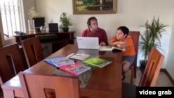 美國西班牙語裔學生在線學習面臨挑戰(視頻截圖)