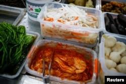 资料照片:北京一家超市出售的泡菜。(2020年12月1日)