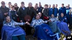 Trojica astronauta kratko vreme po spuštanju na zemlju, u Kazahstanu