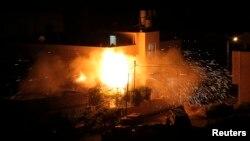 Las llamas consumen el piso superior de la casa de uno de los sospechosos de participar en el secuestro y asesinato de tres jóvenes israelíes.