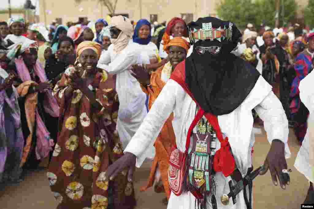 Mmjoa wa wanachama wa Tuareg akicheza katika kampeni za mkutano wa mgombea urais Ibrahim Boubacar Keita kwenye mji wa Timbuktu Julai 24 , 2013.