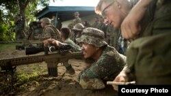 美国海军陆战队员2016年10月9日训练菲律宾军人 (美国海军陆战队照片)