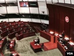 香港特首梁振英在立法会宣读施政报告(美国之音汤惠芸拍摄)