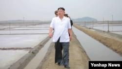 북한 김정은 노동당 위원장이 평안남도의 귀성 제염소를 찾아 현지지도했다고 조선중앙통신이 24일 보도했다.
