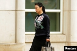 中國國際航空公司前僱員林穎(音譯)抵達紐約布魯克林的聯邦法院(2017年5月30日)。
