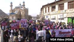 Aksi protes pembunuhan Farkhunda di Kabul (Foto: dok). Pemerintah Afghanistan menayangkan sidang pertama pembunuhan massa melalui televisi, Sabtu (2/5).