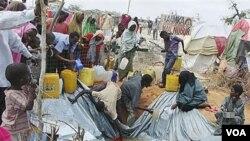 Para pengungsi Somalia tinggal di sebuah kamp pengungsi di Mogadishu (foto: dok). Menurut badan urusan pengungsi PBB, sekitar 42 juta orang di dunia masih hidup dalam pengungsian.