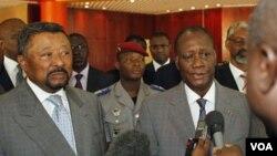 Pemimpin Pantai Gading yang diakui secara internasional, Alassane Ouattara (kanan) berbicara kepada wartawan setelah pertemuannya dengan Ketua Komisi Jean Ping (kiri) di Abidjan.