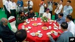 버마 정부 고위 관계자들이 28일 카친 주 미치나 시에서 반군 측과 평화회담을 재개했다.