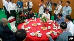 Pemerintah Burma dan Pemberontak Kachin memulai dialog perdamaian di Myitkyina, ibukota negara bagian Kachin (28/5). Utusan khusus PBB untuk Burma, Vijay Nambiar dan beberapa diplomat China hadir untuk meninjau jalannya dialog damai tersebut.