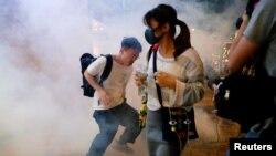 香港警方星期天(11月10日)向抗議者施放催淚彈。