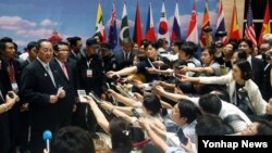 북한 리용호 외무상이 26일 라오스 비엔티안에서 열린 아세안지역안보포럼(ARF) 회의 막간을 이용해 기자회견을 하고 있다.