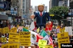 Biểu tình phản đối chính sách về di dân của ứng cử viên Cộng hòa Donald Trump diễn ra tại Los Angeles, bang California, ngày 1/5/2016.