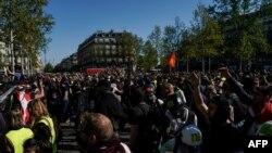 """Los manifestantes se reúnen en la Plaza de la República (Plaza de la República) durante una manifestación antigubernamental convocada por el movimiento """"Chalecos Amarillos"""" (gilets jaunes), en París, el 20 de abril."""