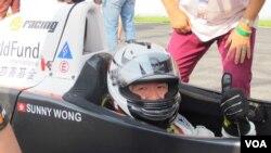 PS Racing车队的王日升戴着国际儿童慈善基金的标志参加珠海车赛(2013年9月15日)
