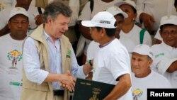 El presidente de Colombia, Juan Manuel Santos, encabeza un proyecto de restitución de tierras a campesinos desalojados por guerrilleros y paramilitares.