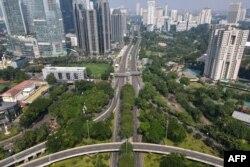 Foto udara ini menunjukkan jalan-jalan yang sebagian sepi di Jakarta pada 3 Juli 2021, karena pemerintah memberlakukan PPKM di ibu kota karena varian Delta. (Foto: AFP/Bay Ismoyo)