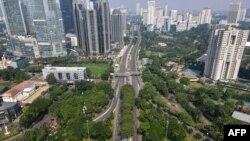 Jalanan Jakarta terlihat lengang saat diberlakukannya PPKM (Pemberlakukan Pembatasan Kegiatan Masyarakat ), 3 Juni 2021. (Foto oleh BAY ISMOYO / AFP)