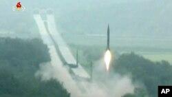 북한이 지난달 5일 실시한 탄도미사일 시험발사 동영상을 다음날 조선중앙방송을 통해 공개했다. (자료사진)
